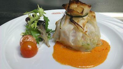 Crujiente de merluza y gambas con verduras en salsa de soja