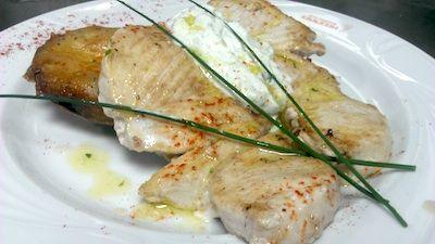 Filete de tiburón con salsa Txatxiki Griega