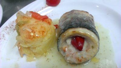 Lubina rellena de salmón y piquillos con salsa verde