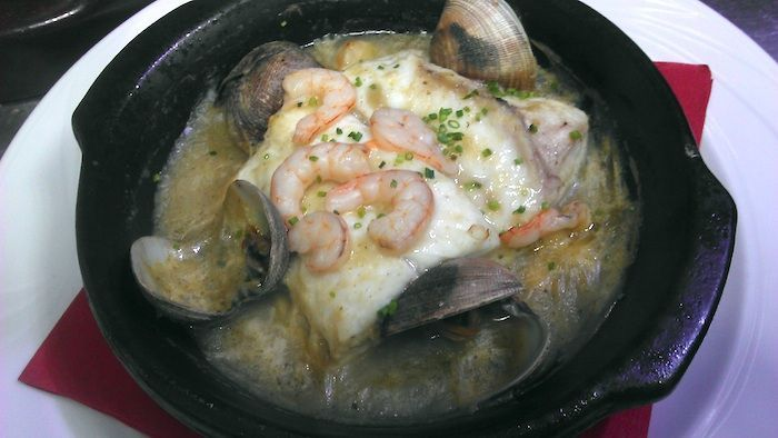 Cazuela de merluza en salsa verde con almejas y gambas