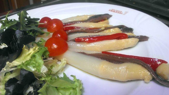 Espárragos rellenos con anchoas y piquillos