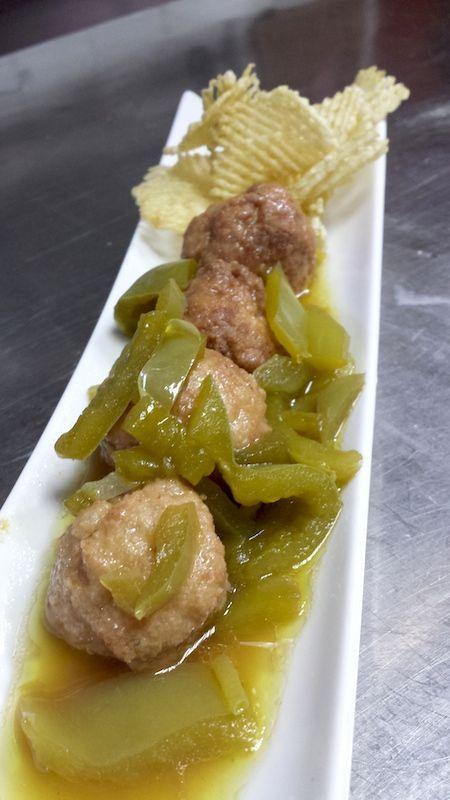 Albóndigas de pollo con salsa Española de pimientos verdes