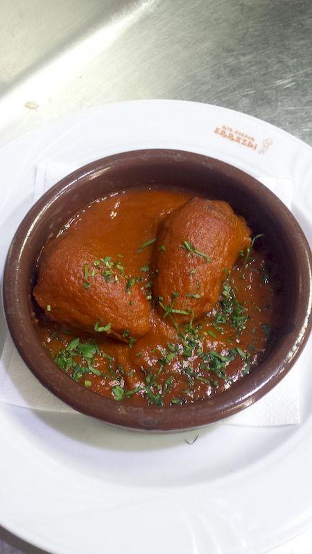 Cazuela de piquillos, morcilla y manzana con piñones con salsa Vizcaína