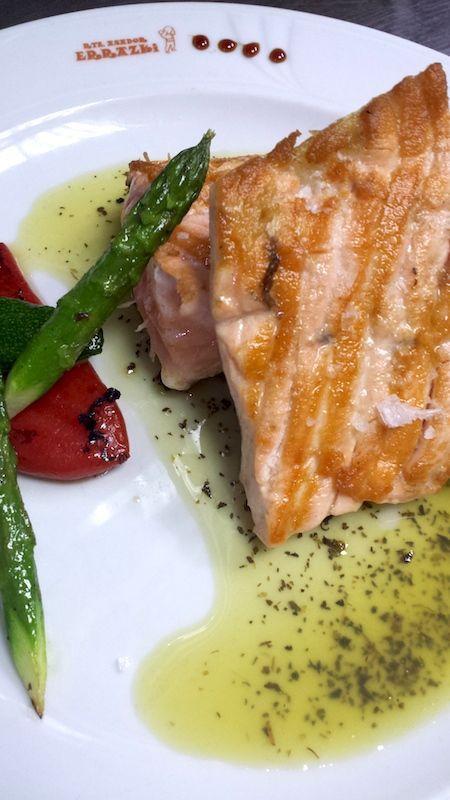 Salmón braseado con mantequilla de albahaca