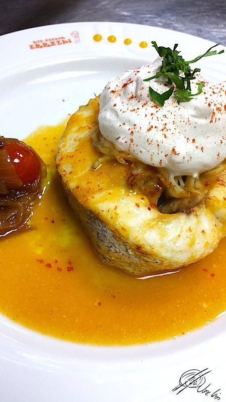 Merluza con mousse de parmesano sobre salsa de txangurro