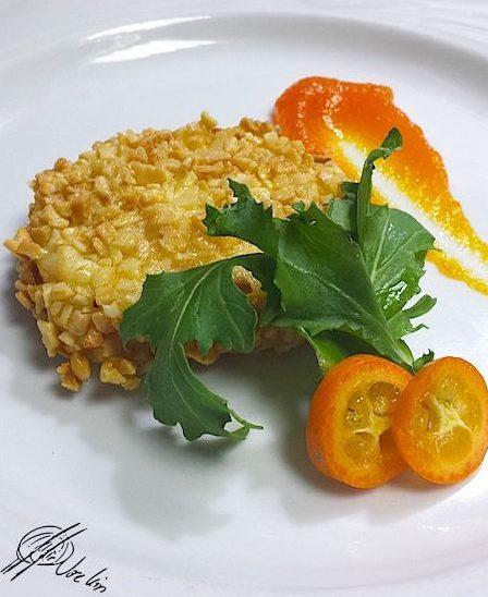 Queso frito con crocante de almendras y confitura de zanahorias