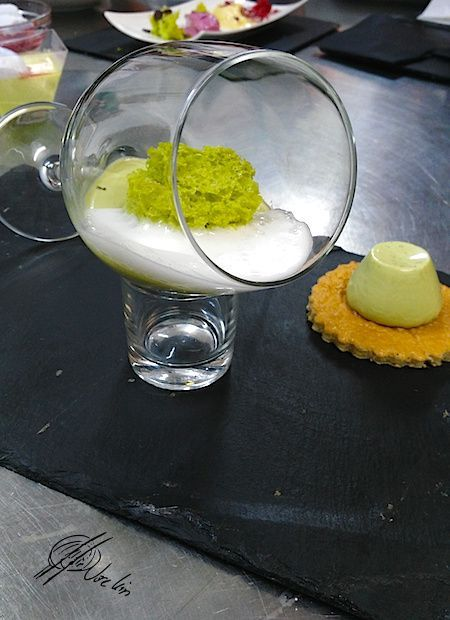 Panna cotta de te verde con esponja de pistacho y aire de lima