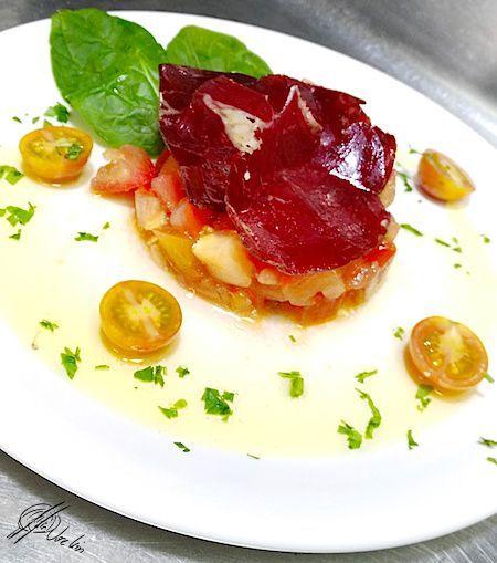 Tartar de tomate concasse con albahaca y cecina