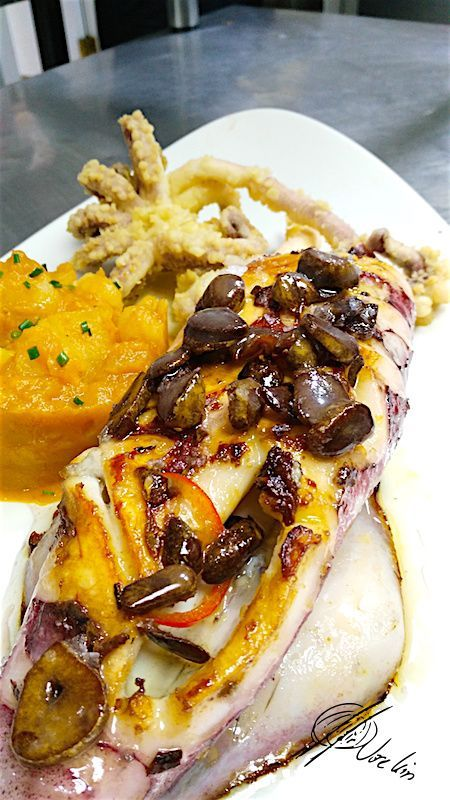 Calamar de anzuelo con patatas revolconas de langostinos