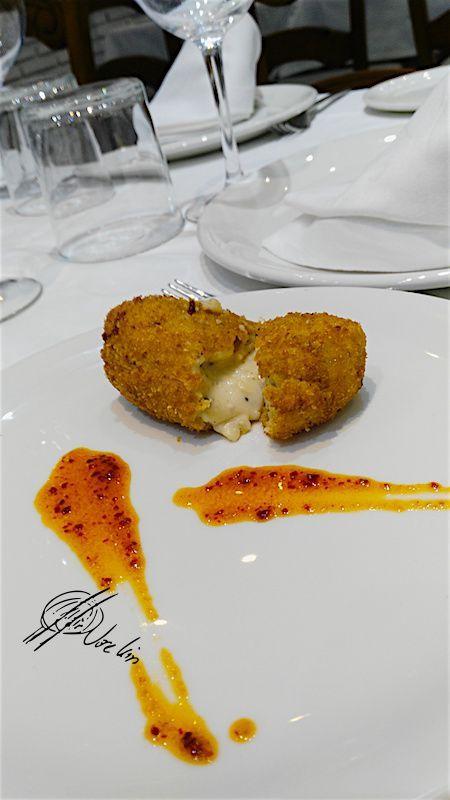 Croqueta cremosa de perdiz, foie y trufa con pesto de tomate seco