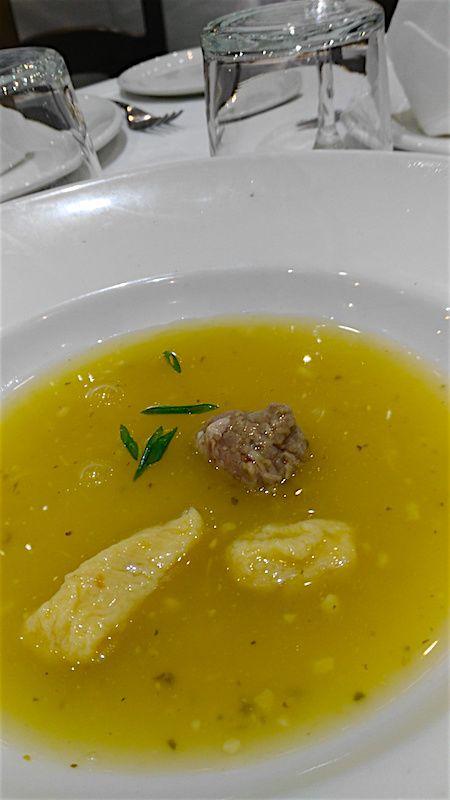 Gnocchi de garbanzos en sopa de cocido