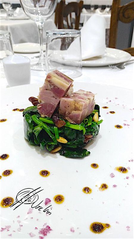 Gominola de cerdo ibérico y setas sobre espinaca con piñones