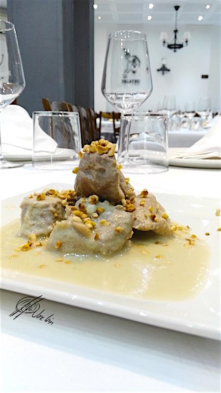 Bombones de solomillo ibérico con salsa de almendras y miel