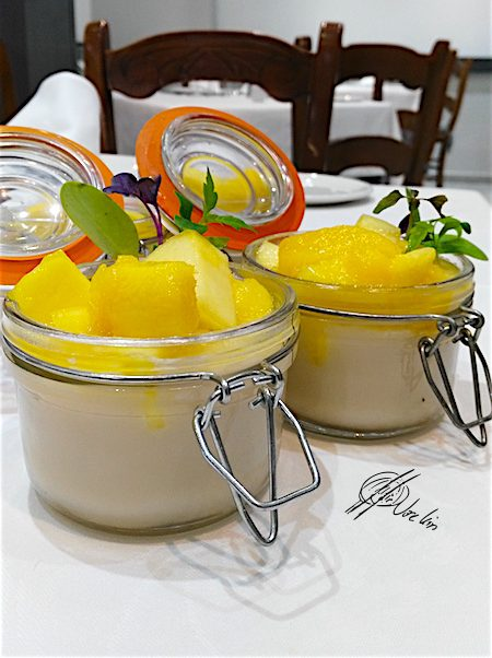 Panna cotta de horchata con mango caramelizado al ron