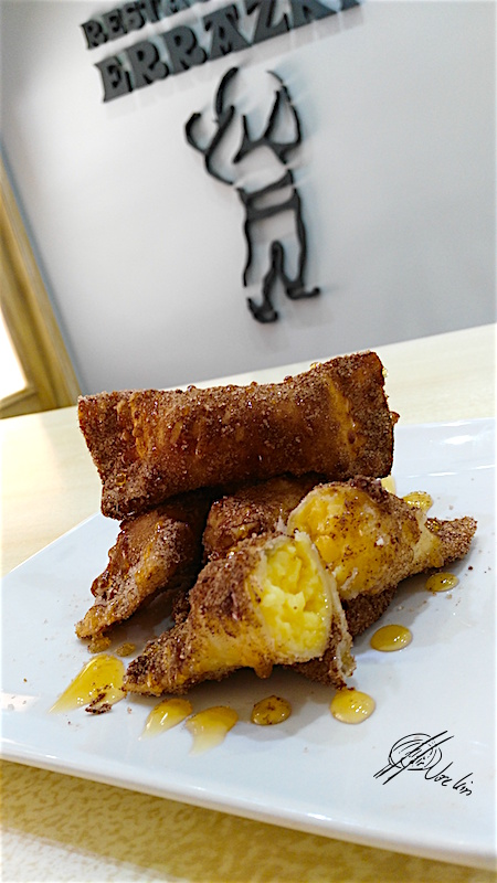 Empanadillas fritas rellenas de crema pastelera y patxarán