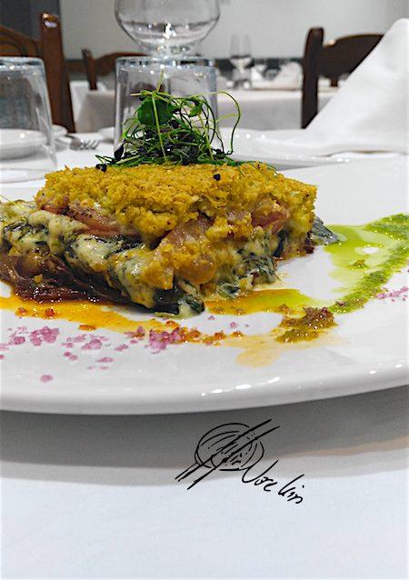 Moussaka de berenjena tomate huevo de toro y espinacas