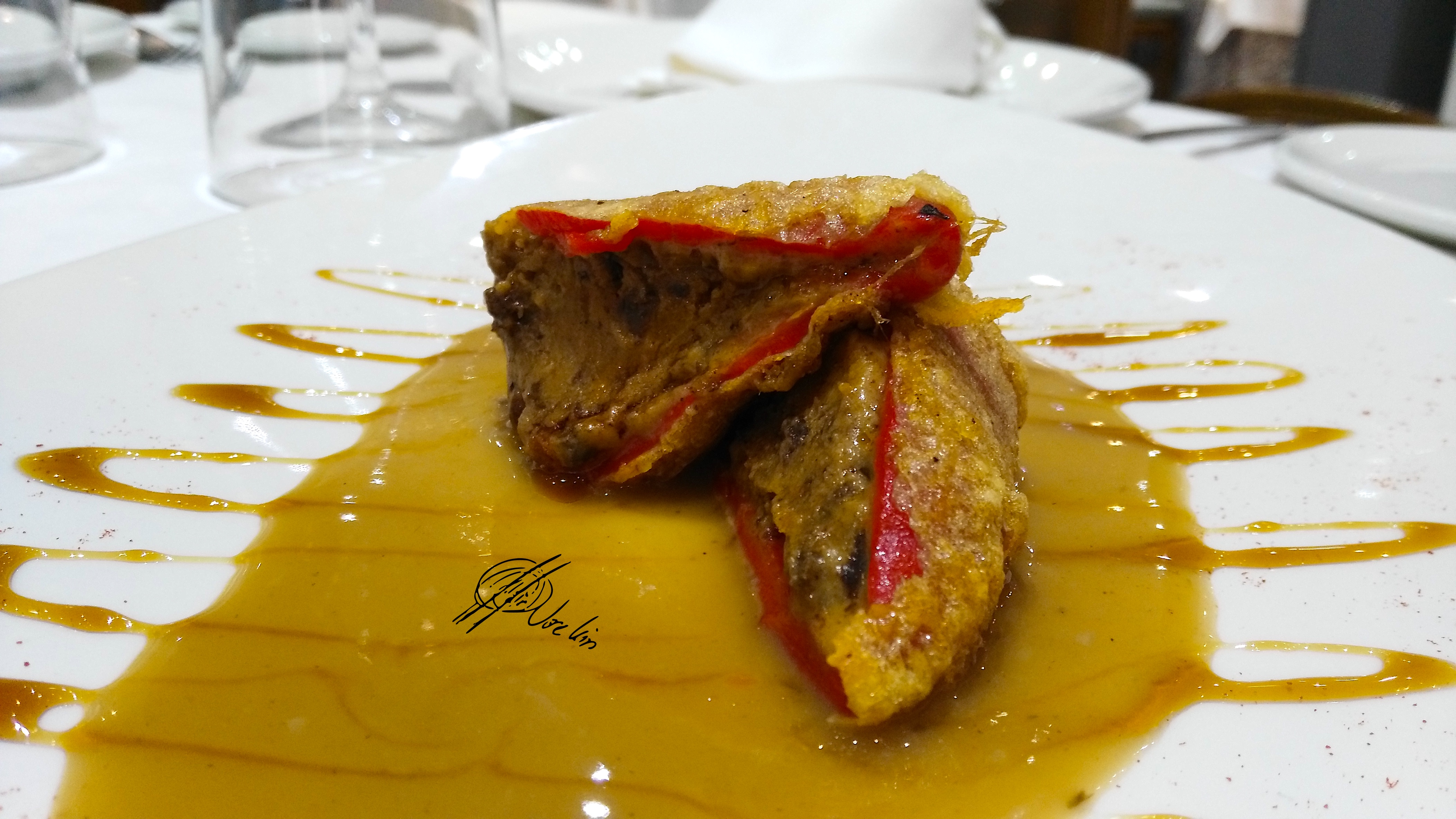 Pimientos de piquillo rellenos de morcilla al mosto sobre puré de pimiento amarillo