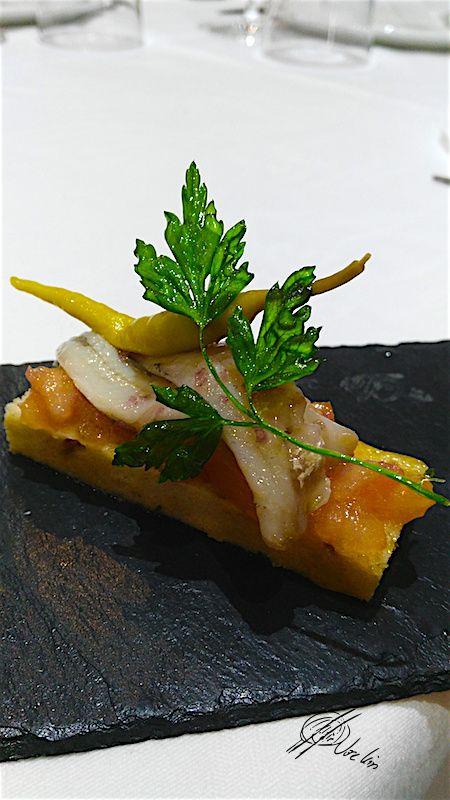 Focaccia de nueces con tomate concasse y sardina ahumada