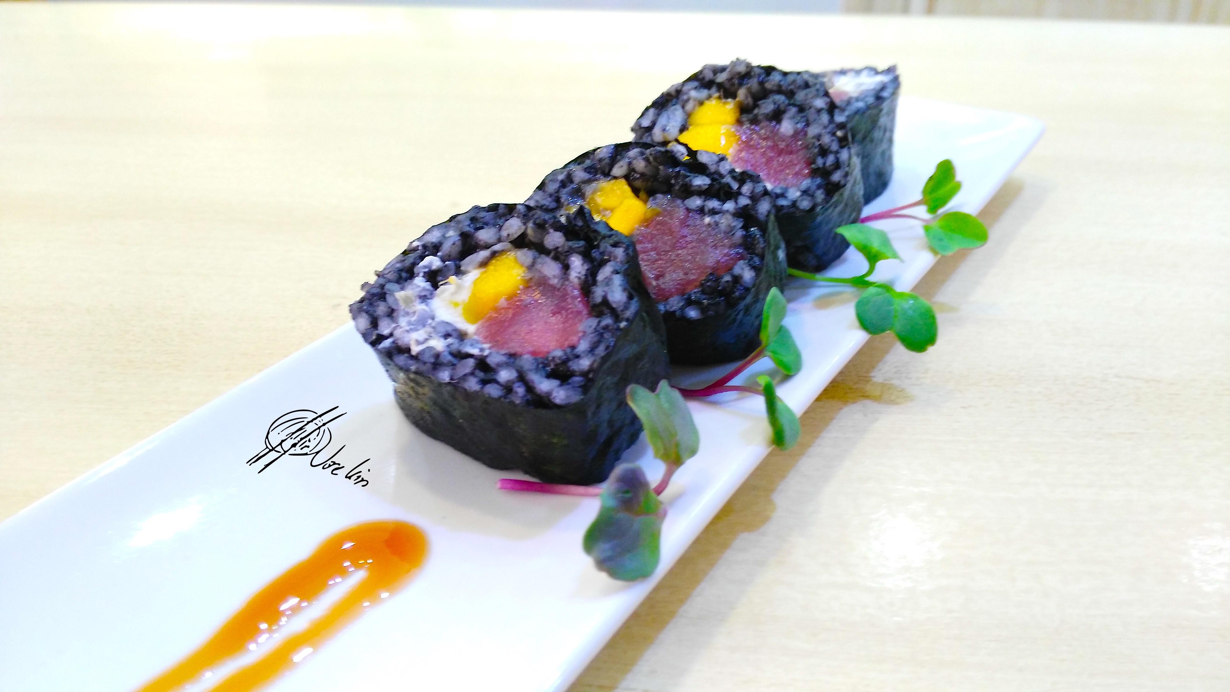 Black sushi de atún rojo con mango y queso ácido
