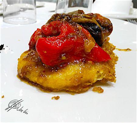 Pimientos asados con manzana en tenpura de moscatel y miel de trufa