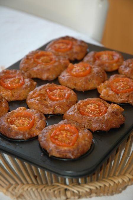 Muffin de tomate, queso y orégano
